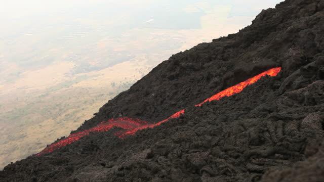 stockvideo's en b-roll-footage met flowing volcano (full hd) - active volcano