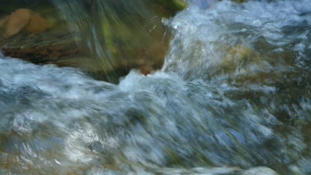 vídeos de stock, filmes e b-roll de fluindo água e onda - curso de água