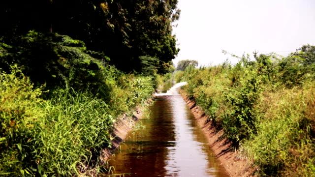Fließendes Wasser im Bewässerungskanal