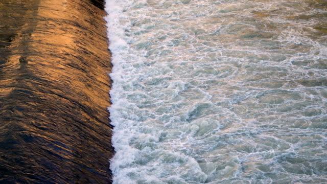 ティバー川の流れる水 - テベレ川点の映像素材/bロール