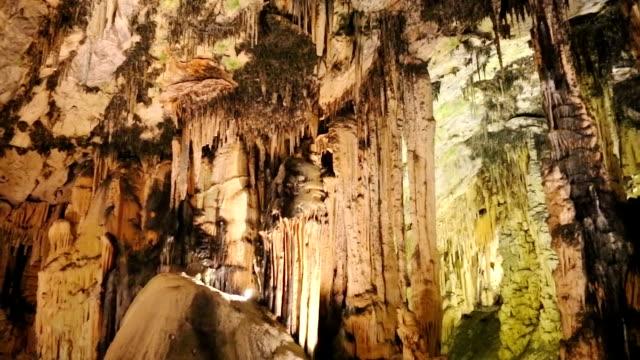 vídeos de stock, filmes e b-roll de flowstone caverna - stalactite