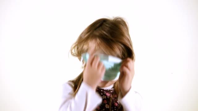 vídeos de stock, filmes e b-roll de gripe proteção (hd - máscara de proteção