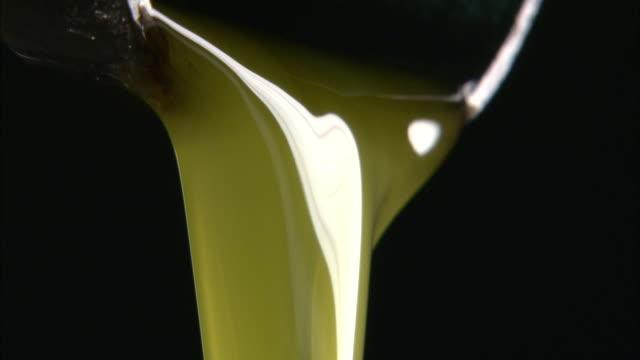 vídeos y material grabado en eventos de stock de fluent olive oil - aceite para cocinar