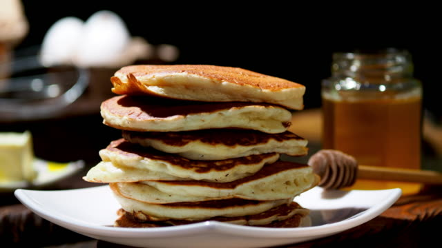 フワフワのパンケーキ - パンケーキ点の映像素材/bロール