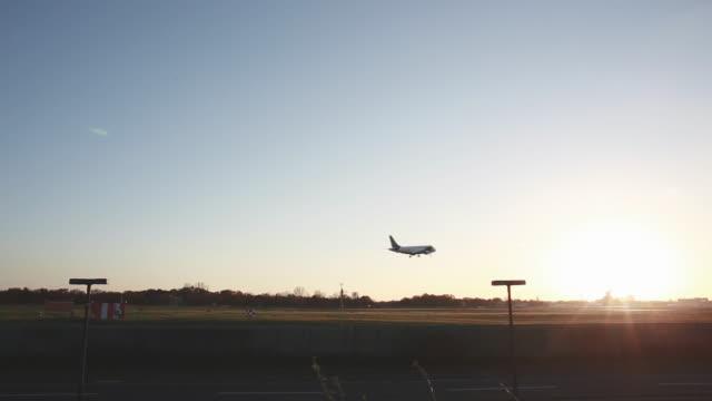 flugzeug landet in berlin-tegel in der dämmerung - gegenlicht stock-videos und b-roll-filmmaterial
