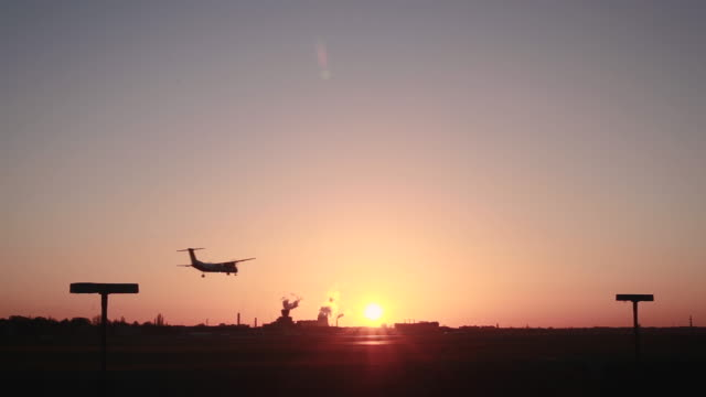 flugzeug landet in berlin-tegel in der dämmerung - atmosphere filter stock videos & royalty-free footage