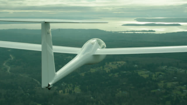 stockvideo's en b-roll-footage met a-a dg flugzeugbau dg-1000 glider flying over rural countryside - zweefvliegtuig