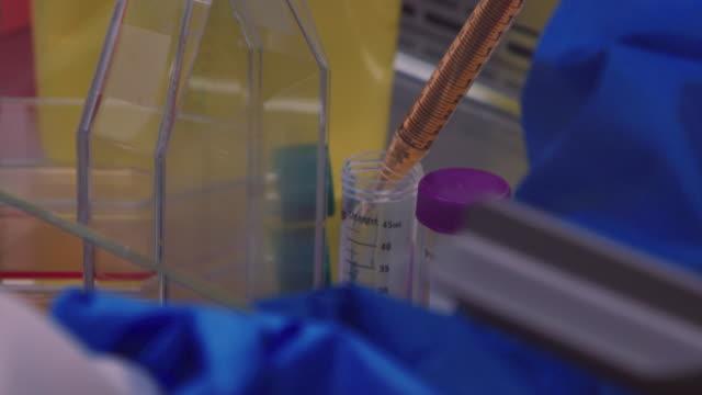 stockvideo's en b-roll-footage met vloeistofoverdracht - chemische stof