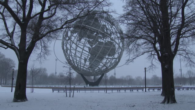 flushing meadows park unisphere, nyc snowstorm, heavy snow falling - flushing meadows corona park stock videos and b-roll footage