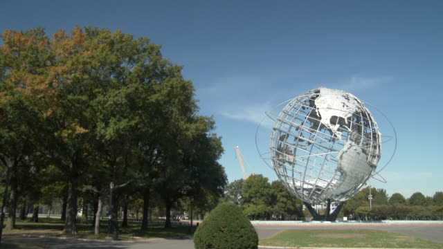 vídeos de stock, filmes e b-roll de flushing meadows park unisphere - queens nyc - flushing meadows corona park