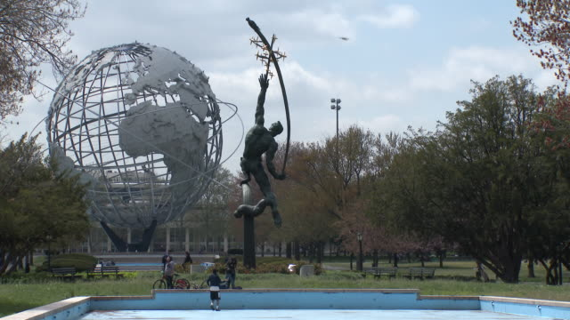 "flushing meadows park unisphere, ""rocket thrower"" sculpture - springtime - pavilion video stock e b–roll"