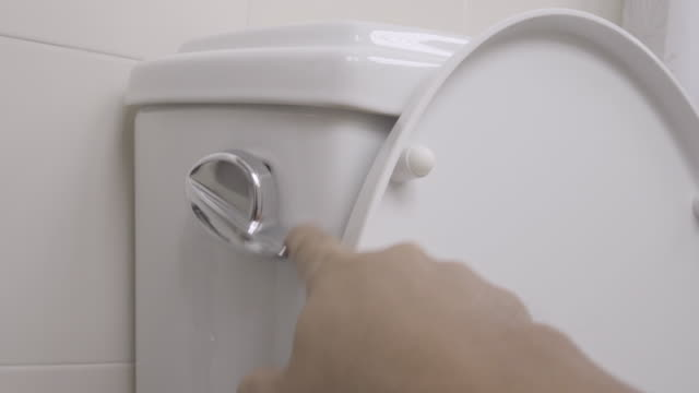 vídeos de stock, filmes e b-roll de flushing wc 4k - household fixture