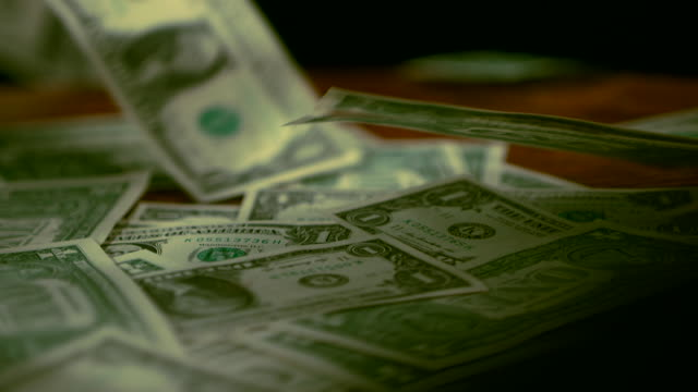 vidéos et rushes de fluttering dollar bills to the floor - billet de banque