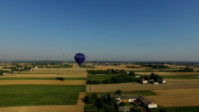 vídeos de stock, filmes e b-roll de voar longe de balão de ar quente - festa do balão de ar quente
