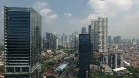 vidéos et rushes de fly between buildings, jakarta city - indonésie