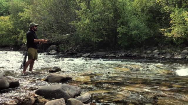 fliegenfischer angeln im san miguel clear mountain river im westen colorados - freizeitaktivität stock-videos und b-roll-filmmaterial