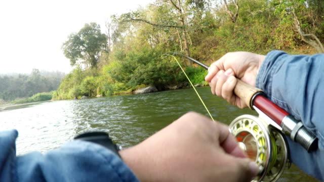 vídeos de stock, filmes e b-roll de pov voar pesca no rio mae ngao, tailândia. - pescaria