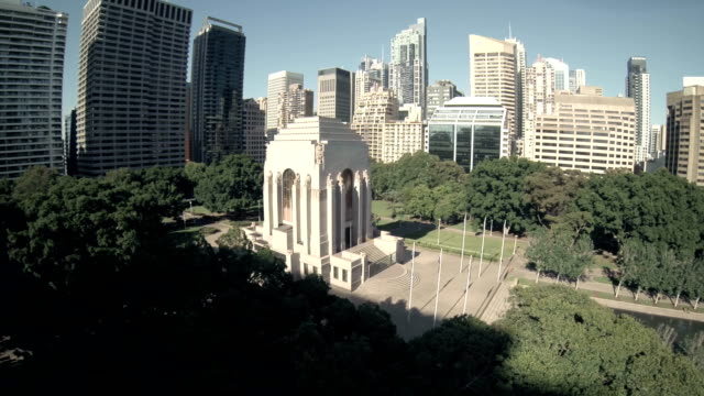 fly over anzac war memorial hyde park sydney - 戦争記念碑点の映像素材/bロール