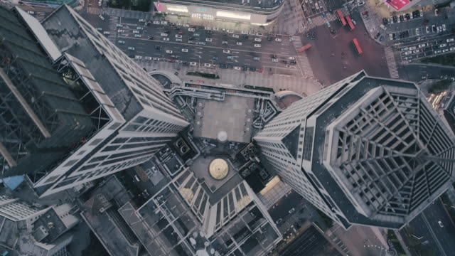 stockvideo's en b-roll-footage met fly over buildings - financieel district