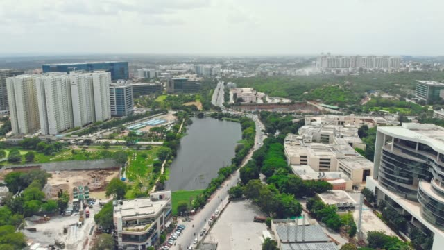建設、オフィスの建物上空を飛ぶ - インド点の映像素材/bロール