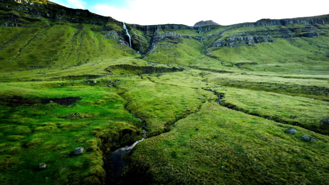 Fly over green valley en Islandia