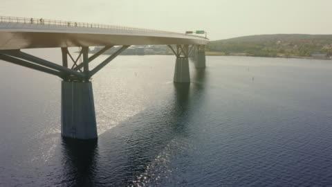 vidéos et rushes de voler au-dessus du pont sundsvall en été révélant pont entier - pont
