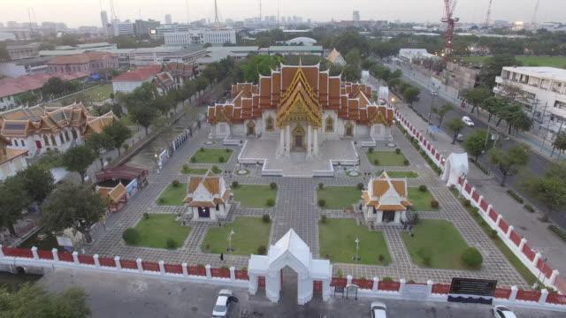 fly over wat benchamabopit, bangkok - thailändische kultur stock-videos und b-roll-filmmaterial