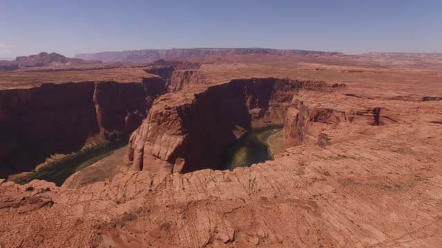 vídeos de stock, filmes e b-roll de fly up horseshoe bend drone aerial 4k - grand canyon