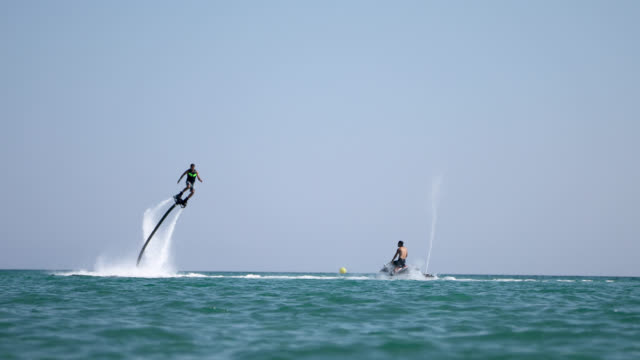 vídeos de stock e filmes b-roll de flyboard extreme sport adventure, summer vacation - pairar