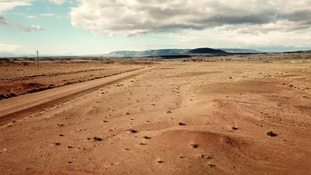 flyin in arizona desert - altopiano video stock e b–roll