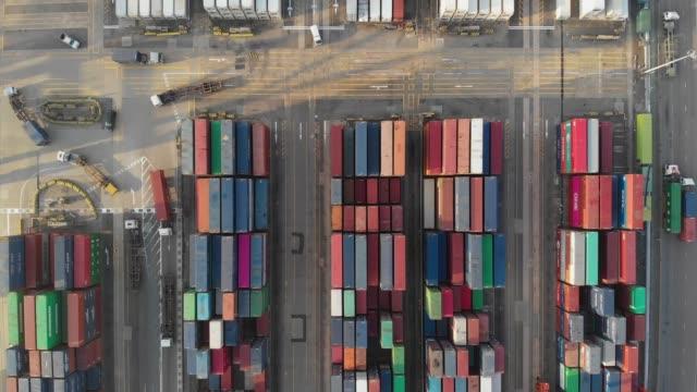 fliegen oben und dolly weiterleiten von containerschiff im industriehafen. - insel hong kong island stock-videos und b-roll-filmmaterial
