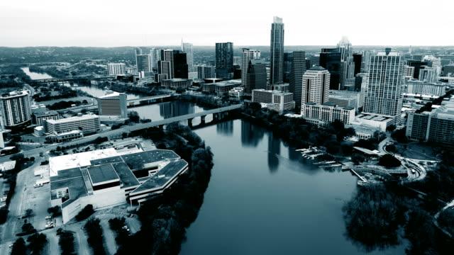 vídeos de stock e filmes b-roll de flying above austin, texas , usa black and white monochrome cityscape of the capital city of texas - town