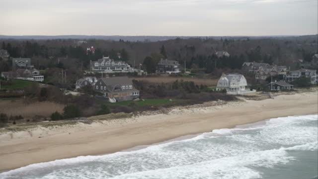 vidéos et rushes de flying above beach past houses in watch hill, rhode island. shot in november 2011. - rhode island