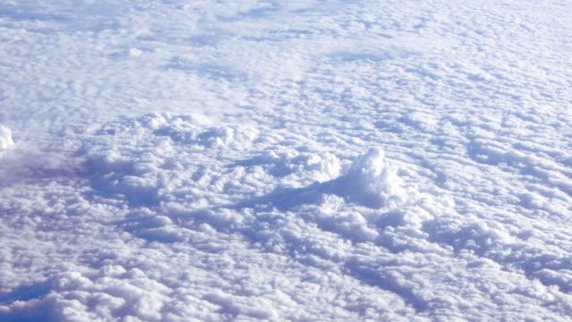 vídeos de stock, filmes e b-roll de nuvens voando acima - acima