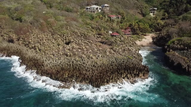 flying above coastal feature auf honduranischer insel - coastal feature stock-videos und b-roll-filmmaterial
