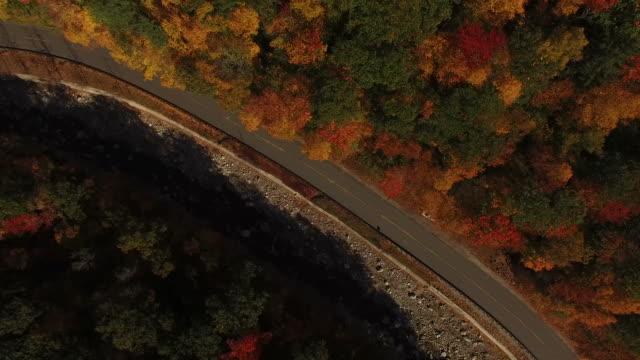 volare sopra i colori profondi della caduta - vermont video stock e b–roll