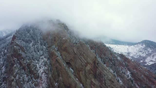 stockvideo's en b-roll-footage met vliegen boven beroemde flatiron rock formation in boulder colorado - boulder rock