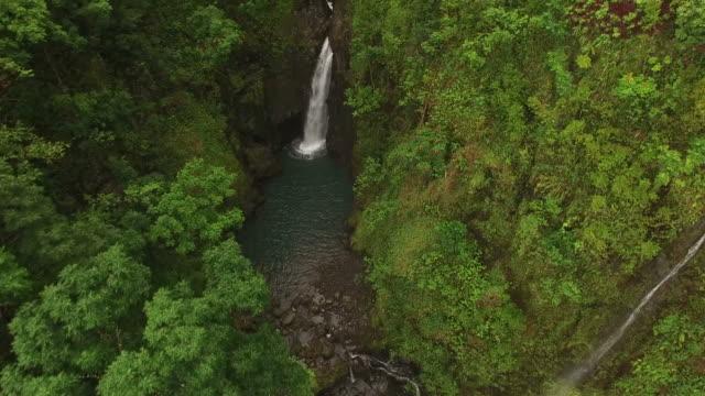 Fliegen über versteckte Wasserfälle auf Insel Maui