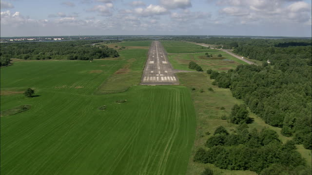 vídeos y material grabado en eventos de stock de pov flying above landing strip and fields, tempel, mecklenburg-west pomerania, germany - punto de fuga