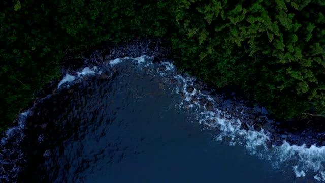 Voler au-dessus de petite crique sur Egde de l'île de Maui par Drone