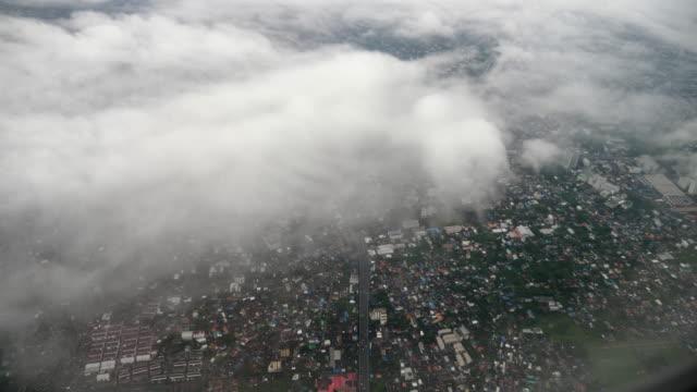飛行機の窓から雲の空の上を飛ぶ - 内部点の映像素材/bロール