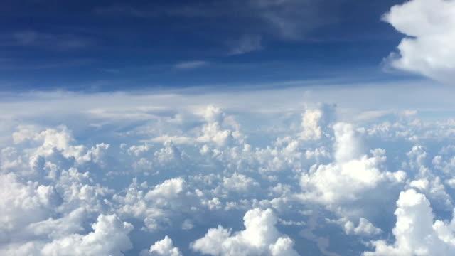 fliegen über den himmel wolke - oben stock-videos und b-roll-filmmaterial