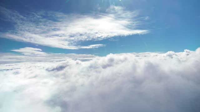 stockvideo's en b-roll-footage met vliegen boven de wolken - hoog