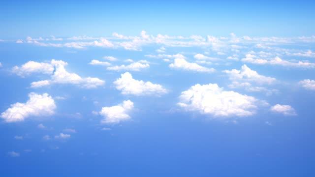 vídeos de stock, filmes e b-roll de voando acima das nuvens - liberdade