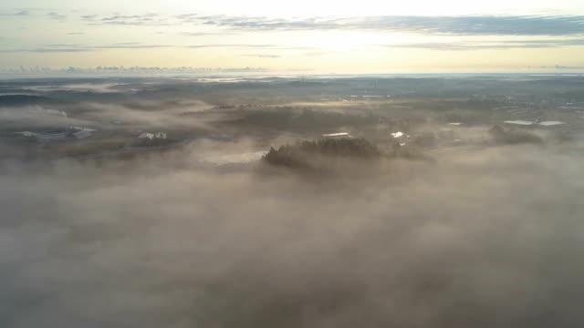 Flygande ovanför dimman