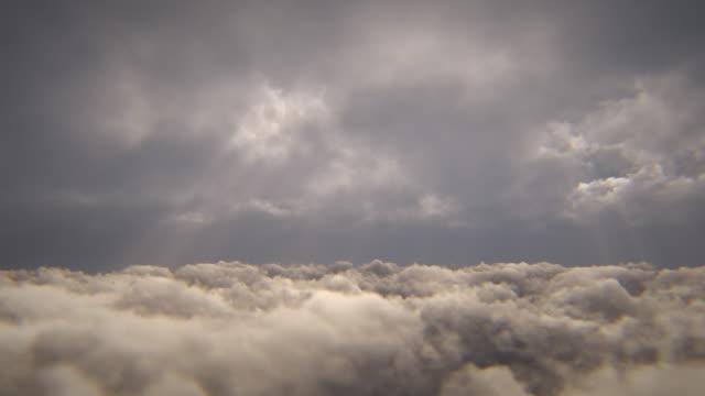 嵐の雲の上を飛ぶ - 方向点の映像素材/bロール