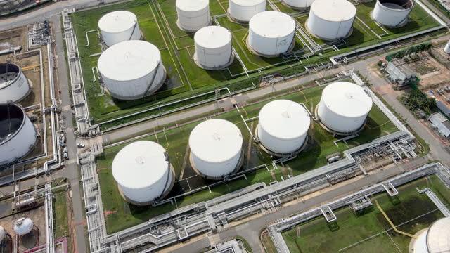 flying aerial drohne pov schoss öl und petrochemische lager industrie hintergrund der öl- und gasraffinerie fabrik bei sonnenaufgang in südostasien bei sonnenuntergang - raffinerie stock-videos und b-roll-filmmaterial
