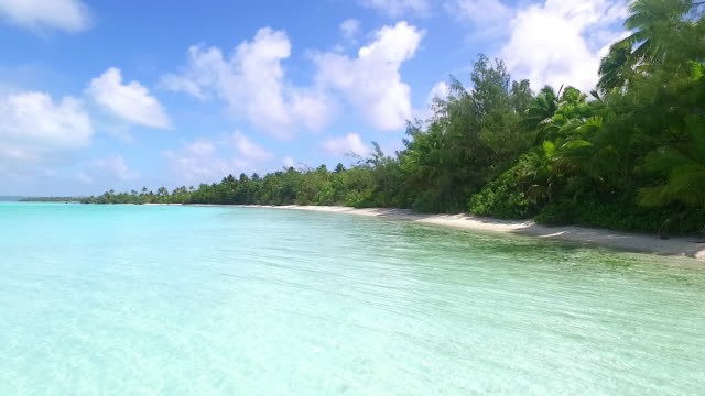 flying along a pacific island lagoon beach, aitutaki lagoon - aitutaki lagoon stock videos & royalty-free footage