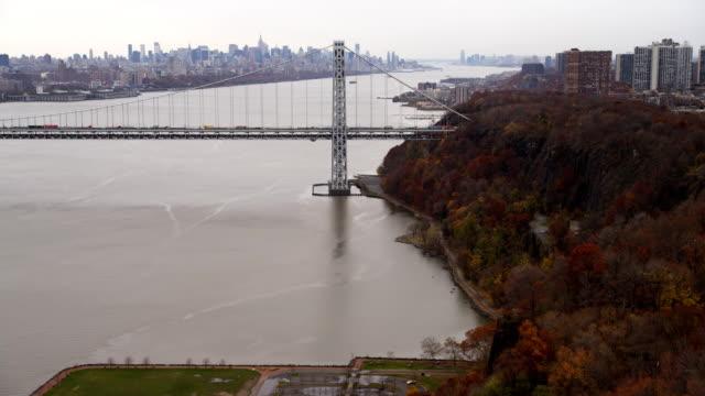vídeos y material grabado en eventos de stock de flying along west shore of hudson river to george washington bridge, new york city skyline in background. shot in 2011. - artbeats