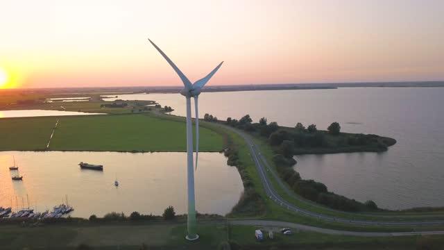 vídeos de stock, filmes e b-roll de flying around a wind turbine at sunset - mar do norte